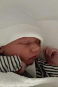 baby in diepe rust vlak na de geboorte